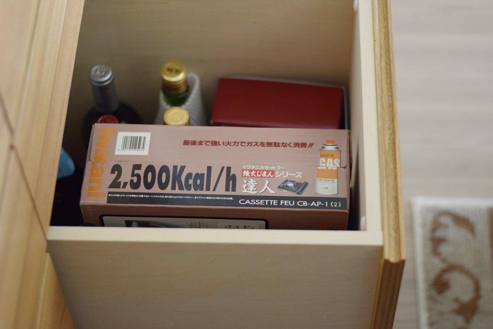 アクリル扉のあるクルミのL型食器棚