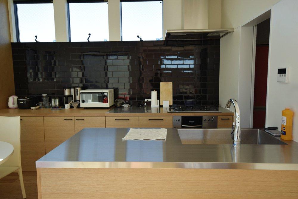 ナラ柾目とステンレスヘアラインのセパレートキッチン