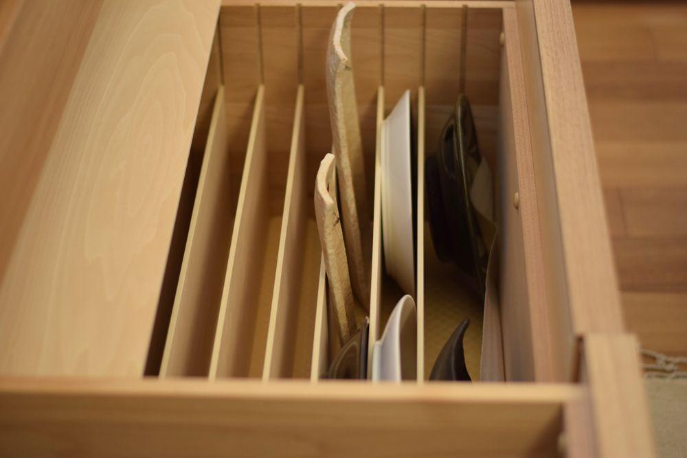 オーダーキッチン内部のお皿が縦にしまえる引き出し