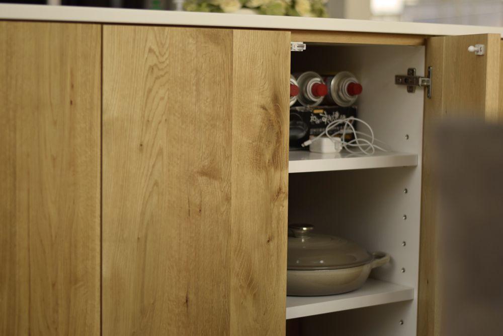 コーリアンと節アリオーク材を使ったアイランドキッチン