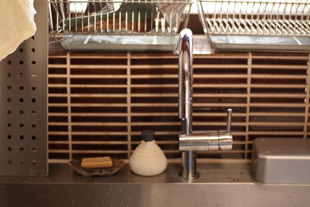 中古戸建を改装して、こじんまりした小屋のような温かなキッチンに