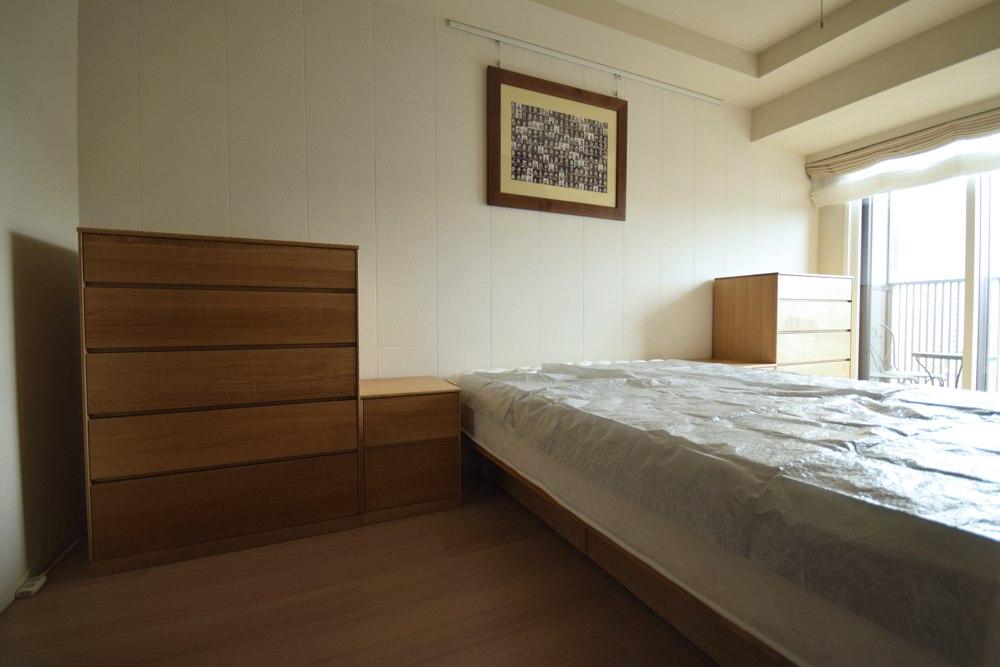 オーク柾目とアイアンの丸テーブルと、オーク柾目の洋服タンスとベッドサイドキャビネット