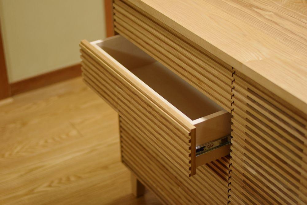 タモの格子のデザインが特長のリビングボード