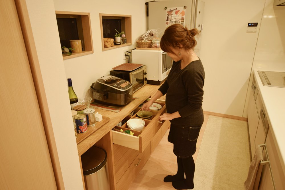 システムキッチンを木で囲って木のキッチンを作る