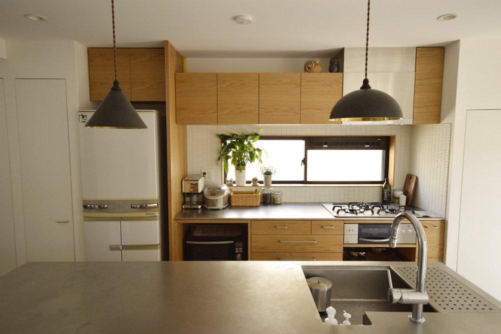 モダンリビング賞を受賞したナラのステンレスバイブレーションのキッチン