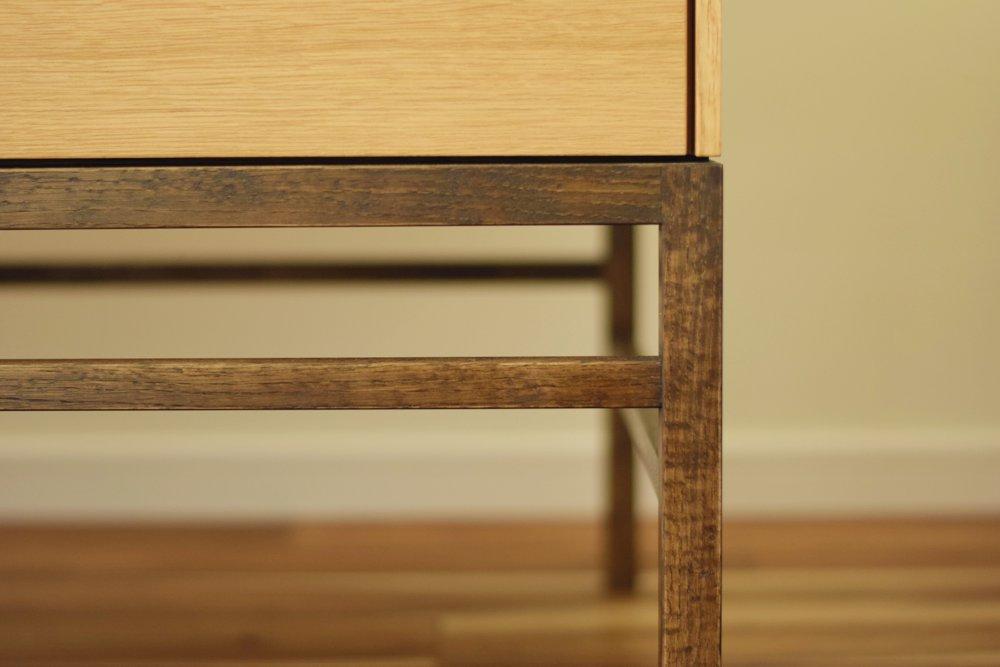オークを鉄染めを施したお仏壇を設置するための家具