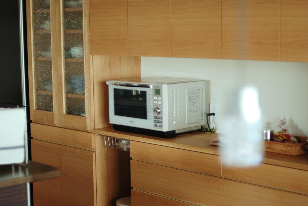 ステンドグラスのあるオークを使った食器棚