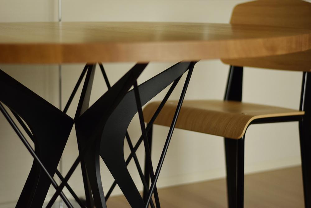 プルーヴェの家具の印象をイメージしたアイアンとオークのラウンドテーブル