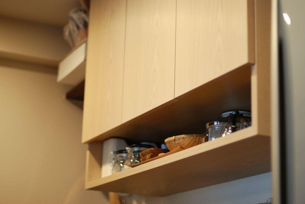 ブラックウォールナットとタモホワイトの二樹種の食器棚