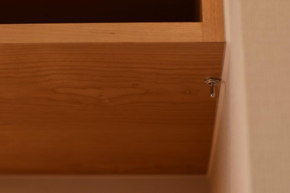 格子扉のあるチェリーの食器棚