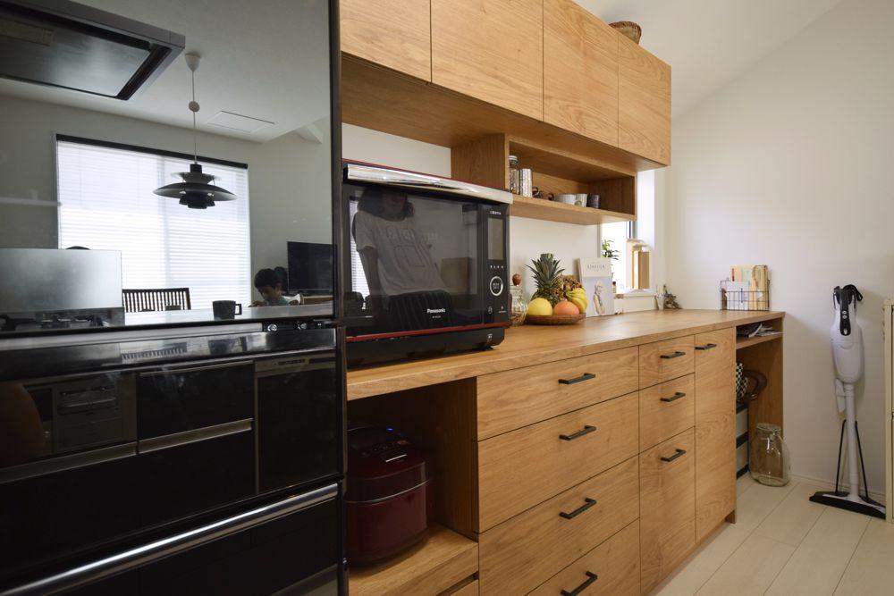 クルミとアイアンを使ったキッチン背面収納と吊り戸棚