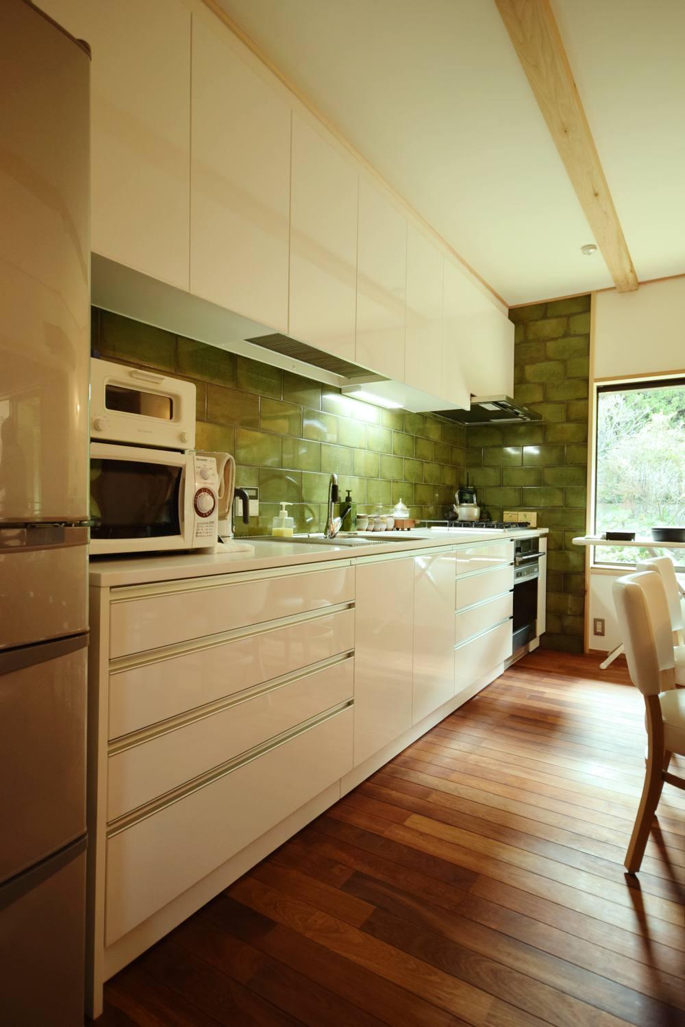 鏡面ホワイトの面材と白いコーリアンのキッチン