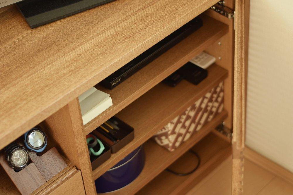 ガラス引き戸のあるタモ材のテレビボード