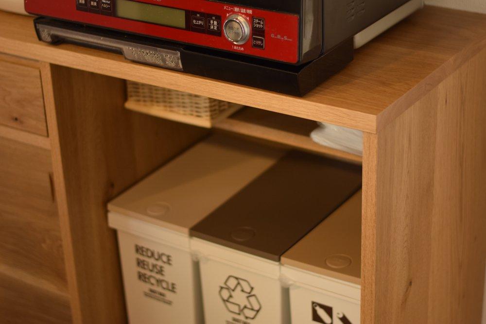 節アリナラ材の対面カウンター収納とコの字型食器棚