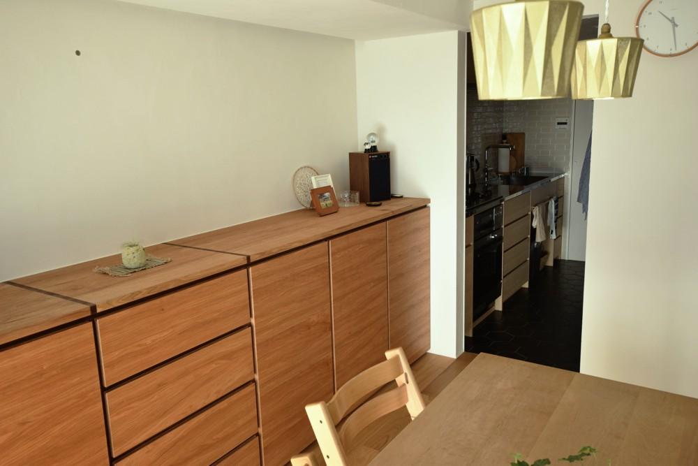 クルミのリビングボードとナラ柾のキッチン