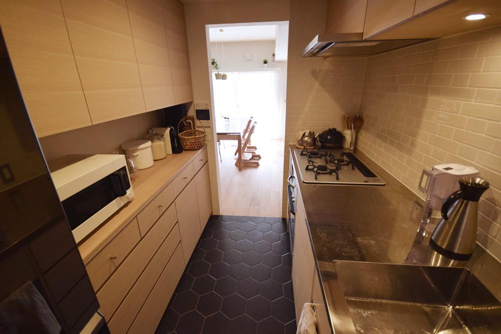 ナラ柾のキッチンと食器棚