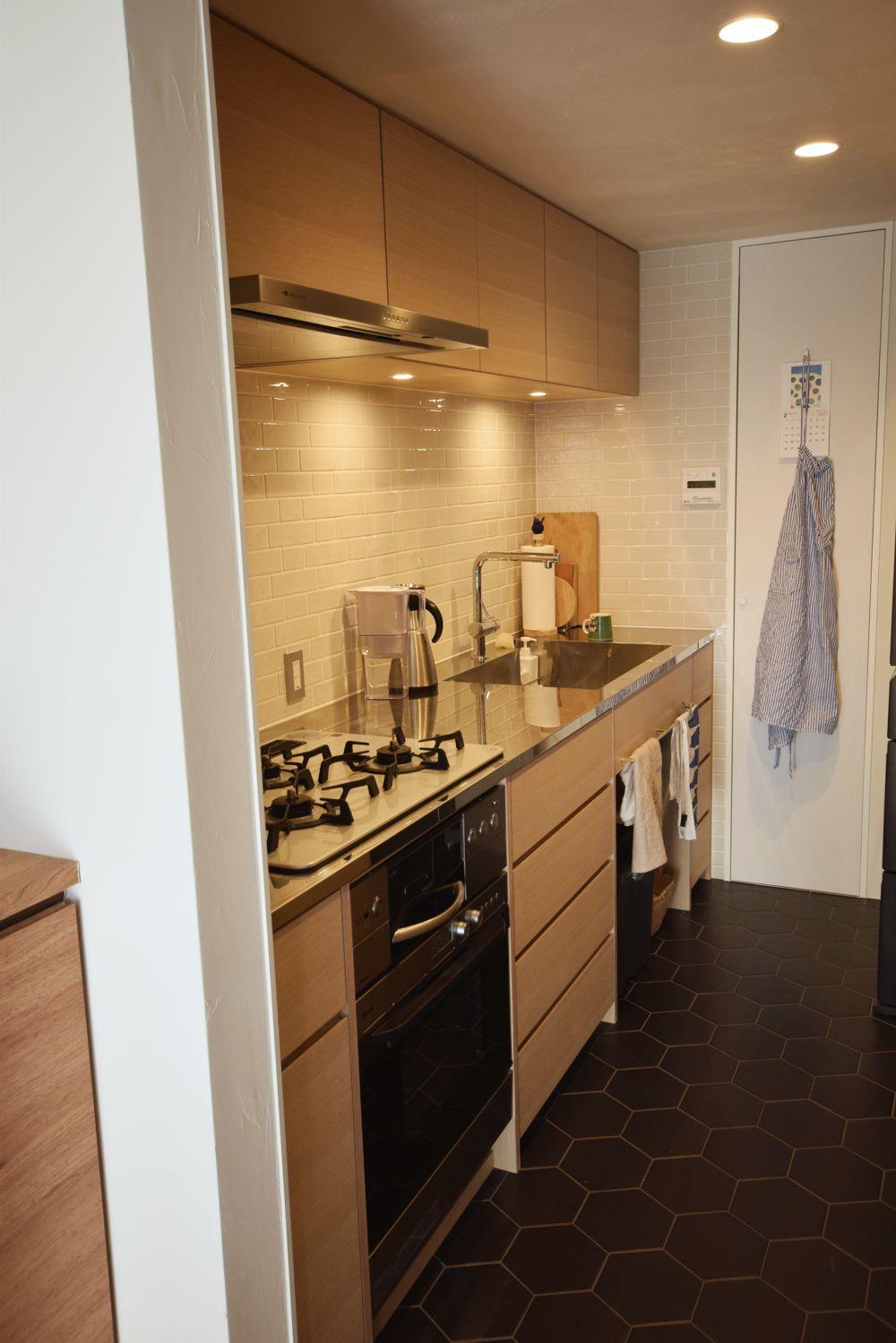 ステンレス400仕上げのカウンターとナラ柾を使ったキッチン