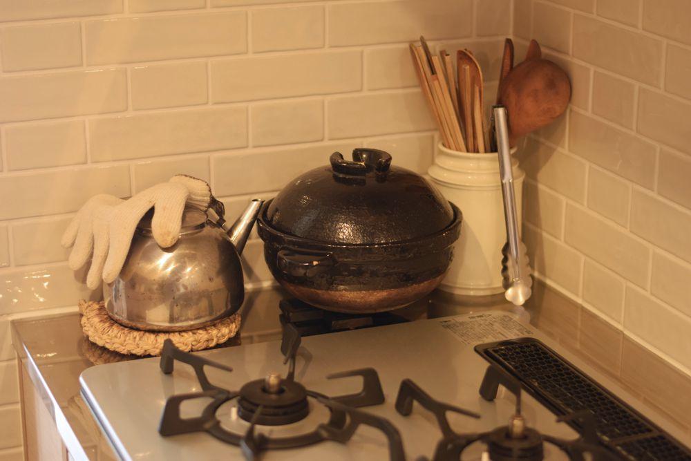 コンロ脇に土鍋を置く