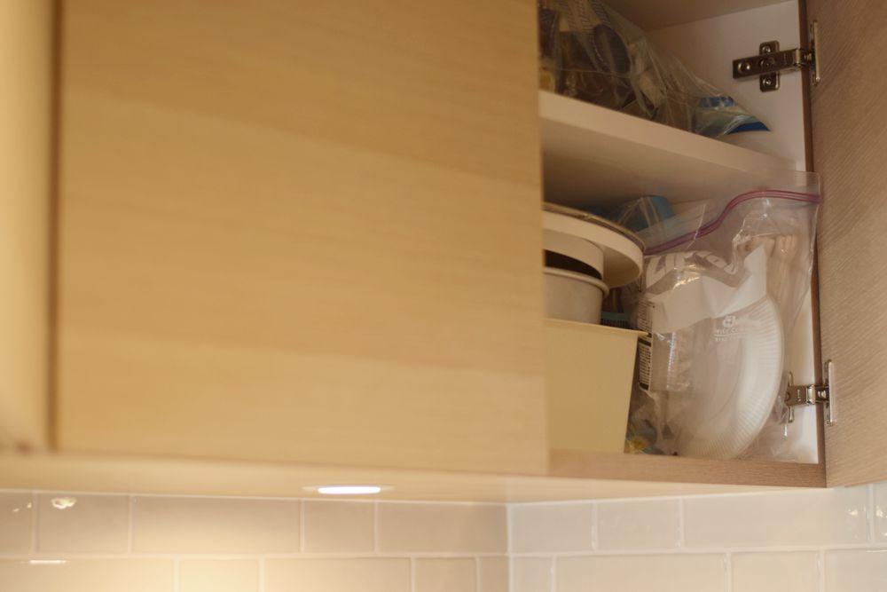 ステンレス400仕上げのカウンタートップとナラ柾を使ったキッチン