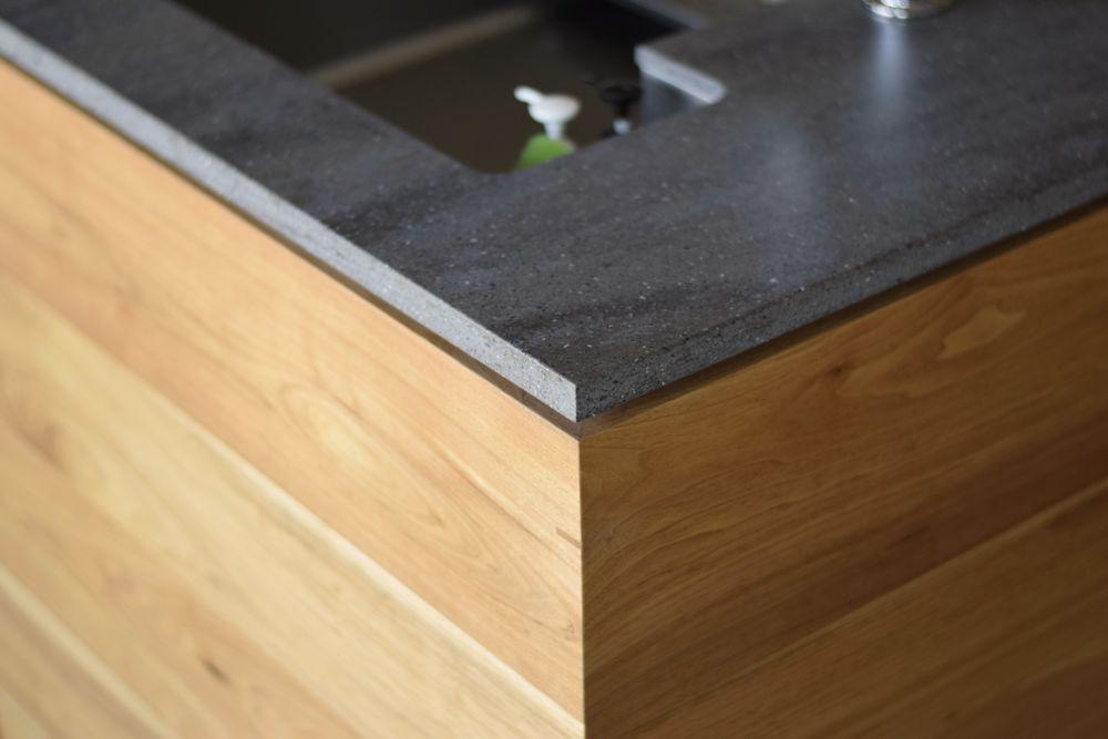 天板が浮いているように見せるデザインのキッチン