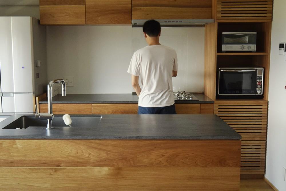 コーリアンラバロックの天板とクルミ無垢材ランダム張り仕上げのキッチン