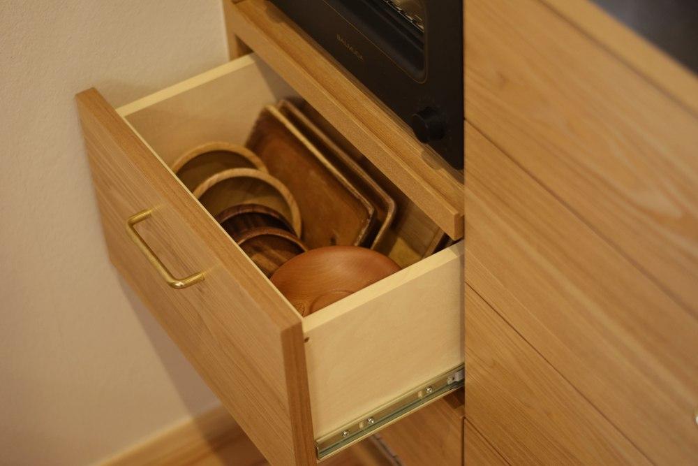 タモとステンレスと真鍮の食器棚