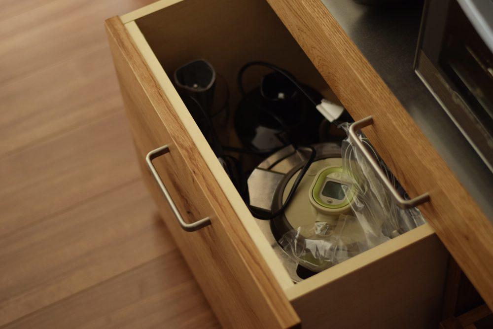 節アリナラ材とステンレスの食器棚