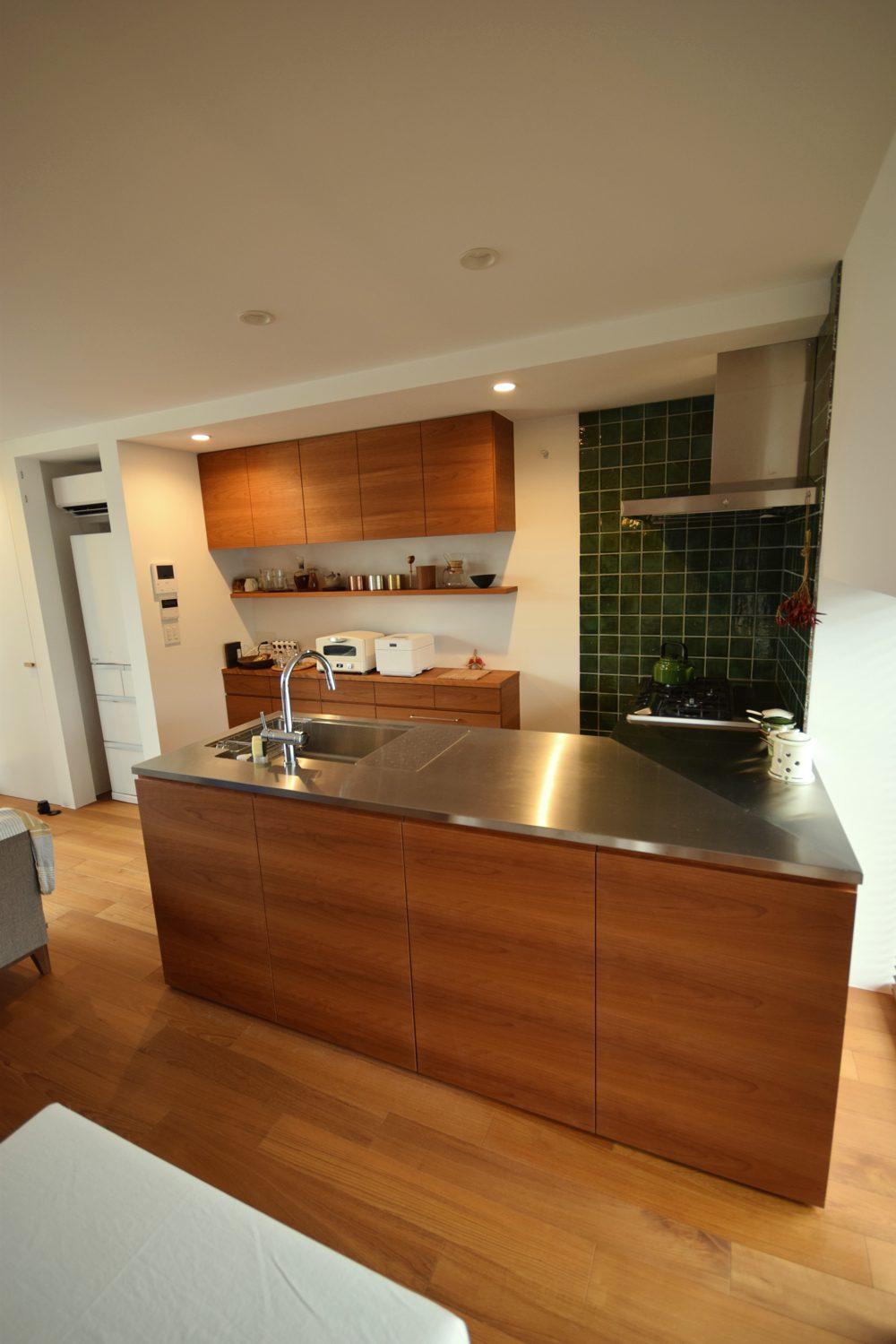 アメリカンチェリーとステンレスヘアラインのL型キッチン