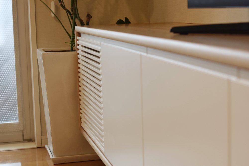 オーククリア仕上げとウレタンホワイト塗装仕上げのテレビボード