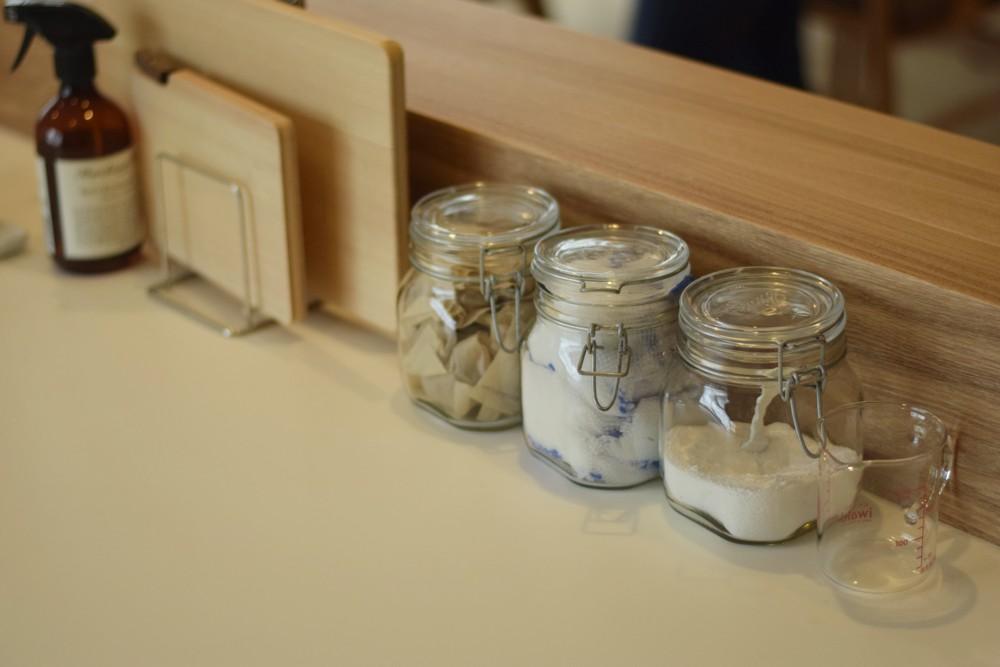 鏡面ホワイトとタモを使ったモダンなキッチン