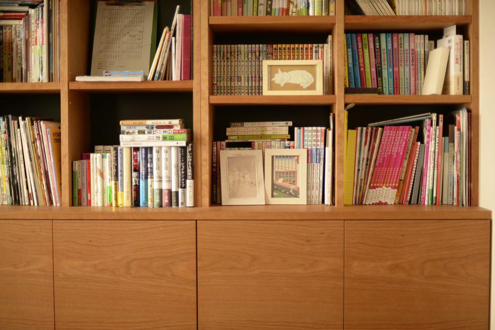 グリーンの背板があるチェリーの本棚