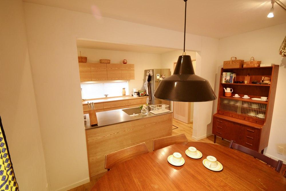 リノベーションした一戸建てにタモのセパレートのキッチン