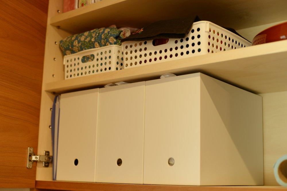 戸棚の中に無印良品のボックスを活用