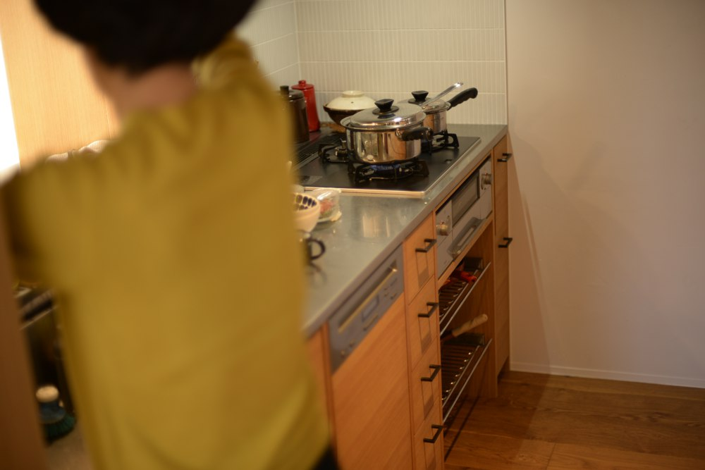 ステンレスとナラ柾目材を使ったI型キッチン