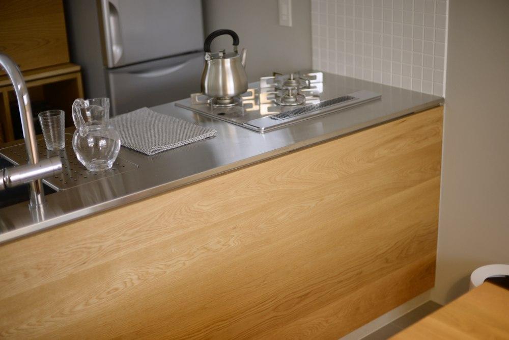 ナラ板目とステンレスヘアラインのキッチン