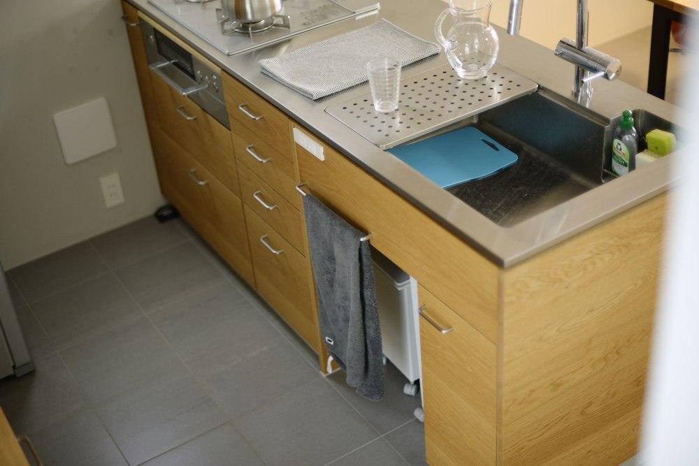 ステンレスヘアラインとナラ板目のキッチン