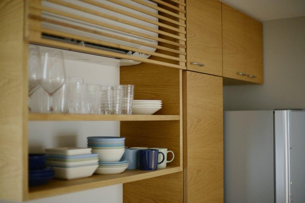 ナラ板目の食器棚とエアコン隠しの格子