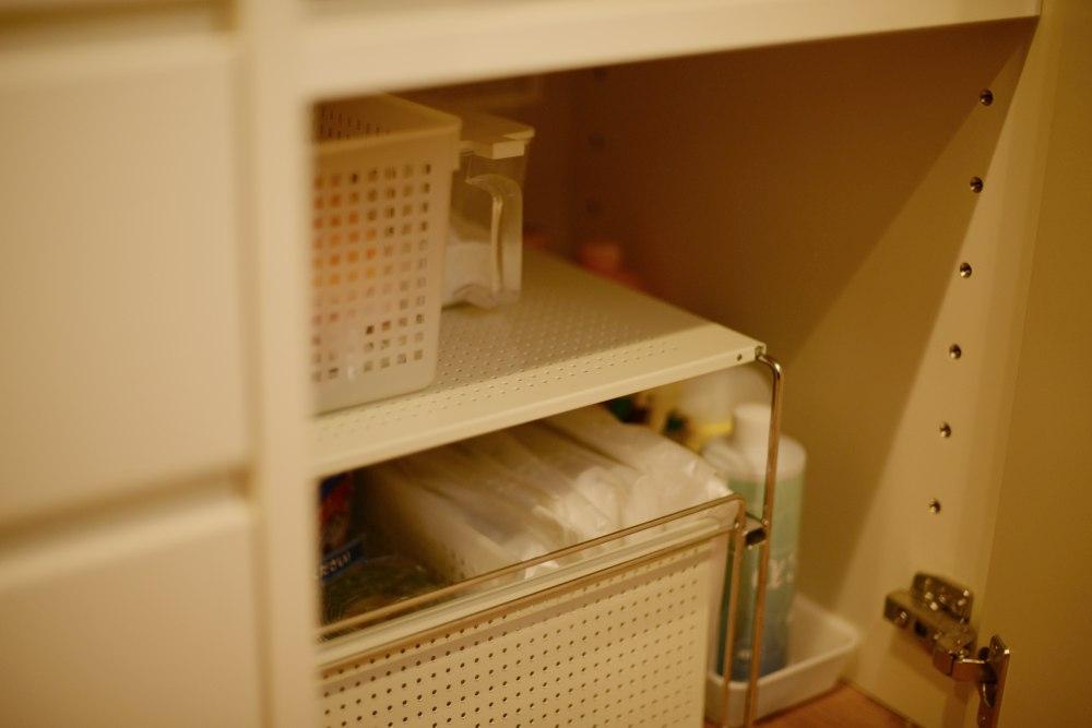 ホワイト塗装仕上げの扉とチェリー無垢材の食器棚