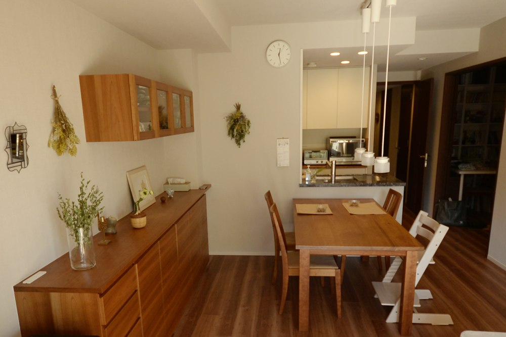 ホワイト塗装仕上げの扉とチェリー無垢材の食器棚とチェリー板目のリビングボード