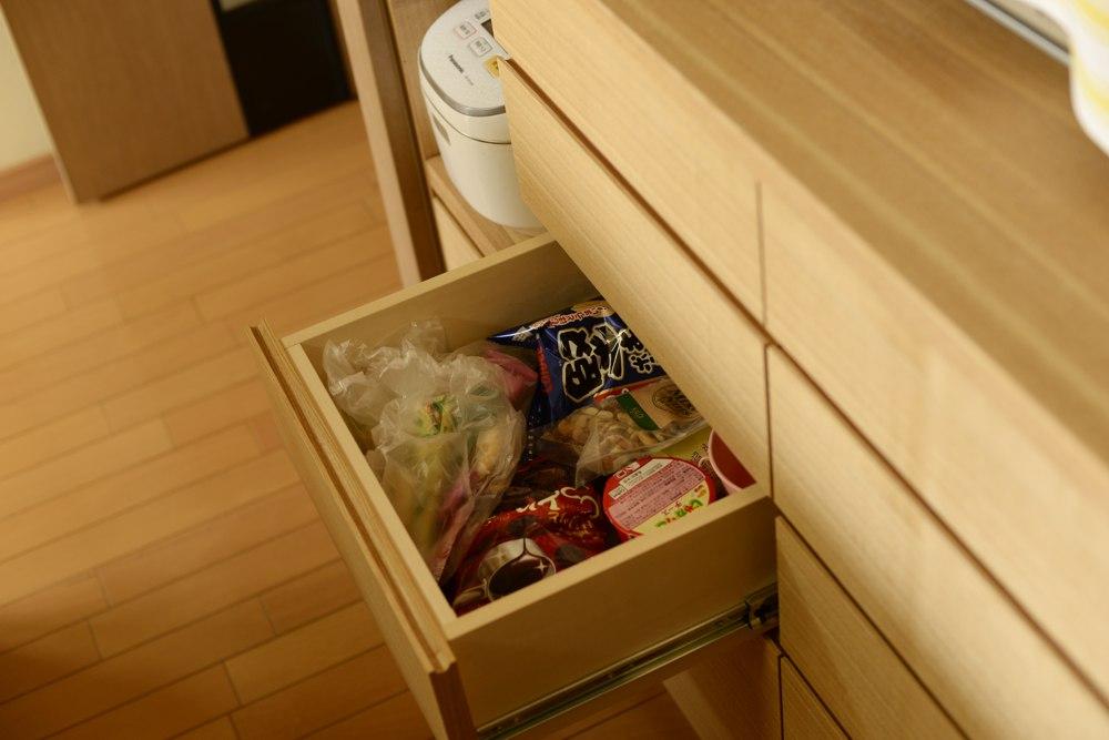タモ柾目の食器棚