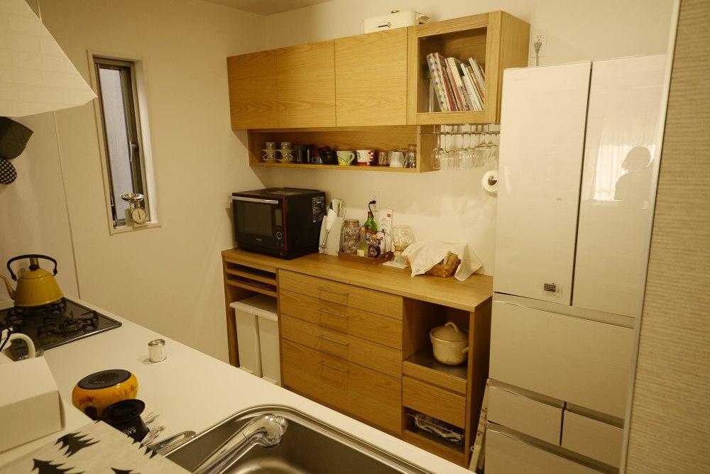 真鍮ハンドルのあるナラの食器棚