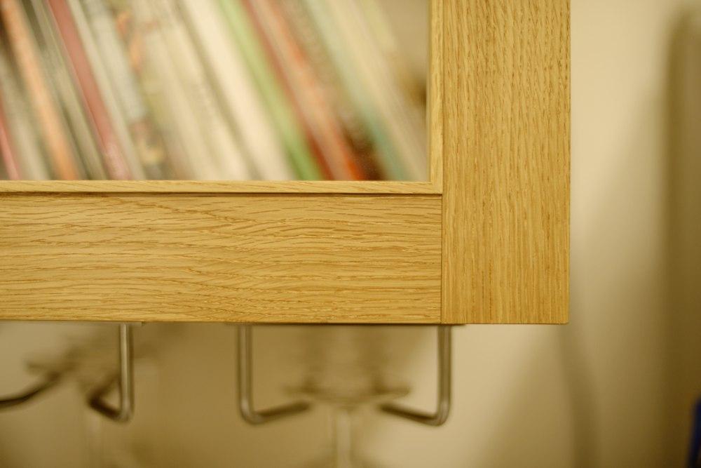 カップボードの框扉にはお料理本を入れます