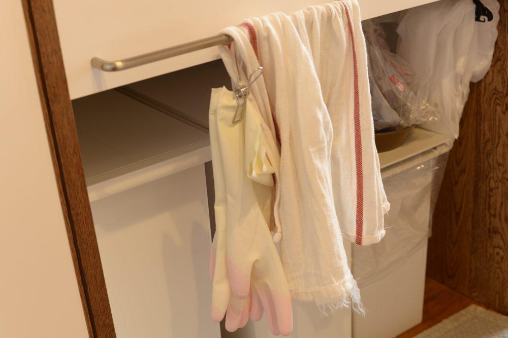 シンク前のタオル掛け