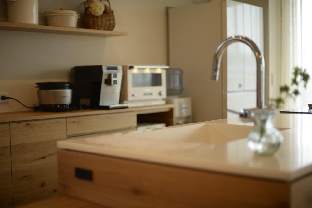 ナラ節アリ材のキッチンとバックカウンター