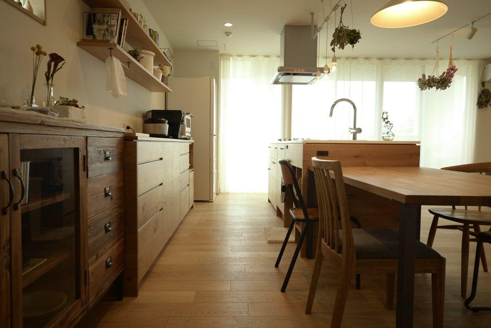 ナラ節アリ材とコーリアンを使ったキッチンとバックカウンター