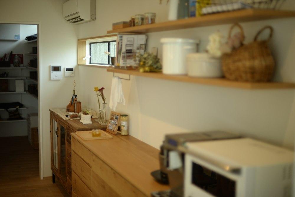 ナラ節アリ材のキッチンバックカウンター