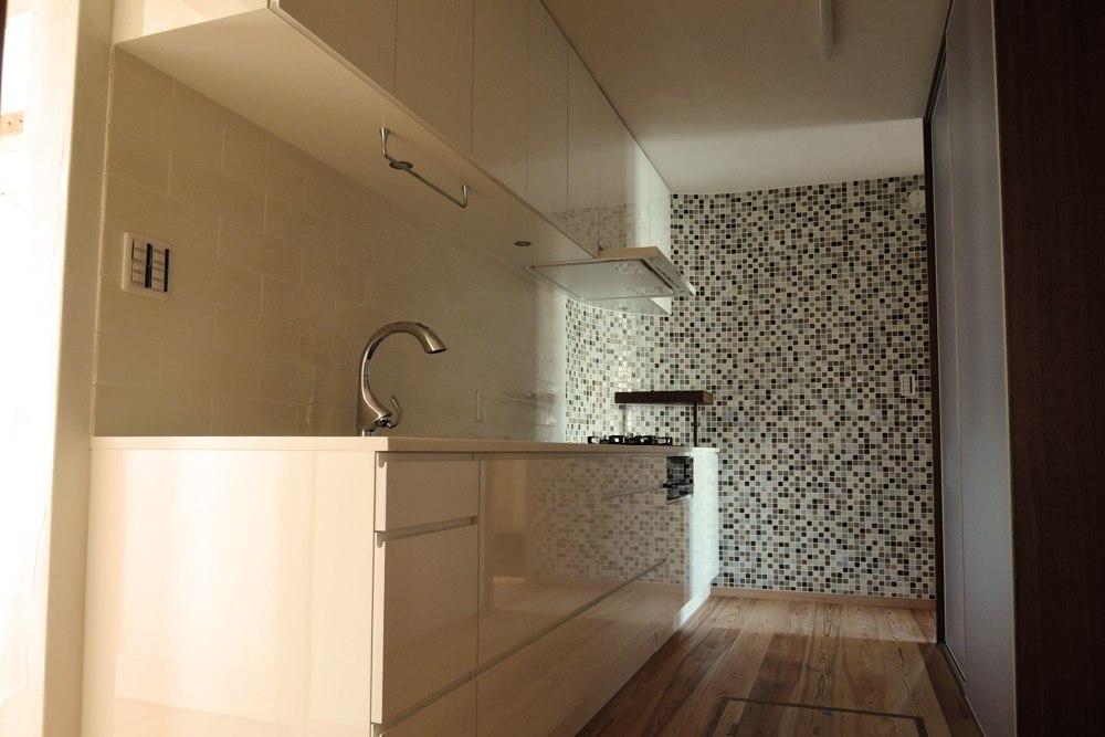 鏡面ホワイト仕上げのキッチン