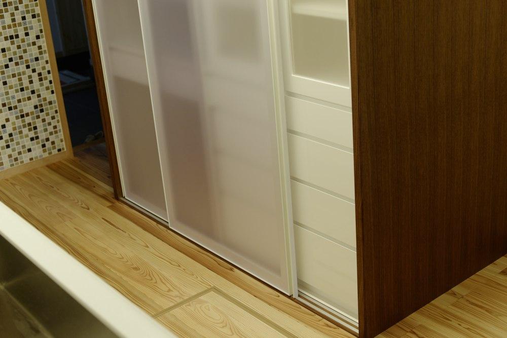ポリカーボネイトとアルミを使った引き戸のある食器棚