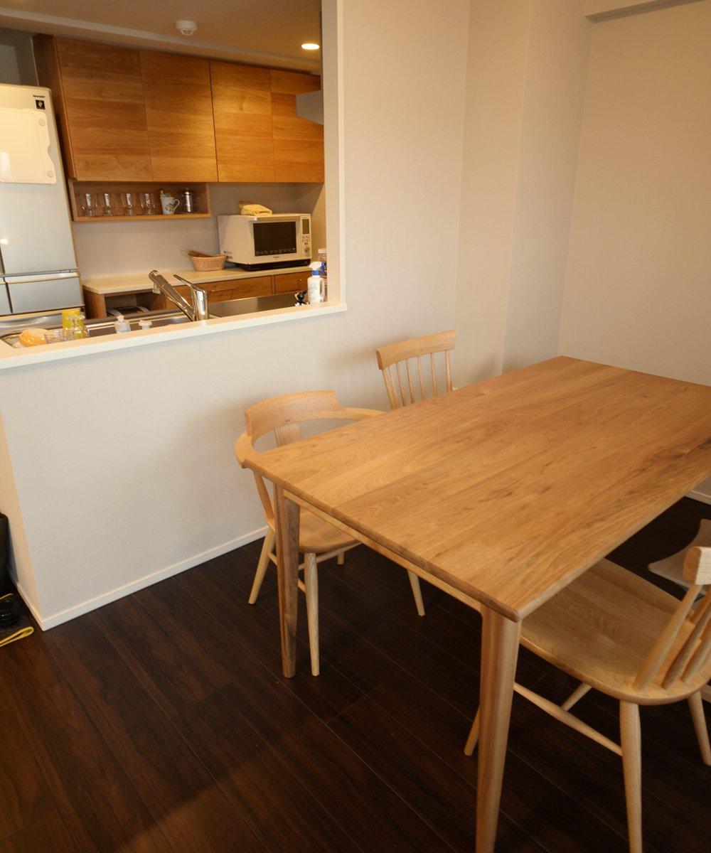 クルミとコーリアンの食器棚とダイニングテーブル