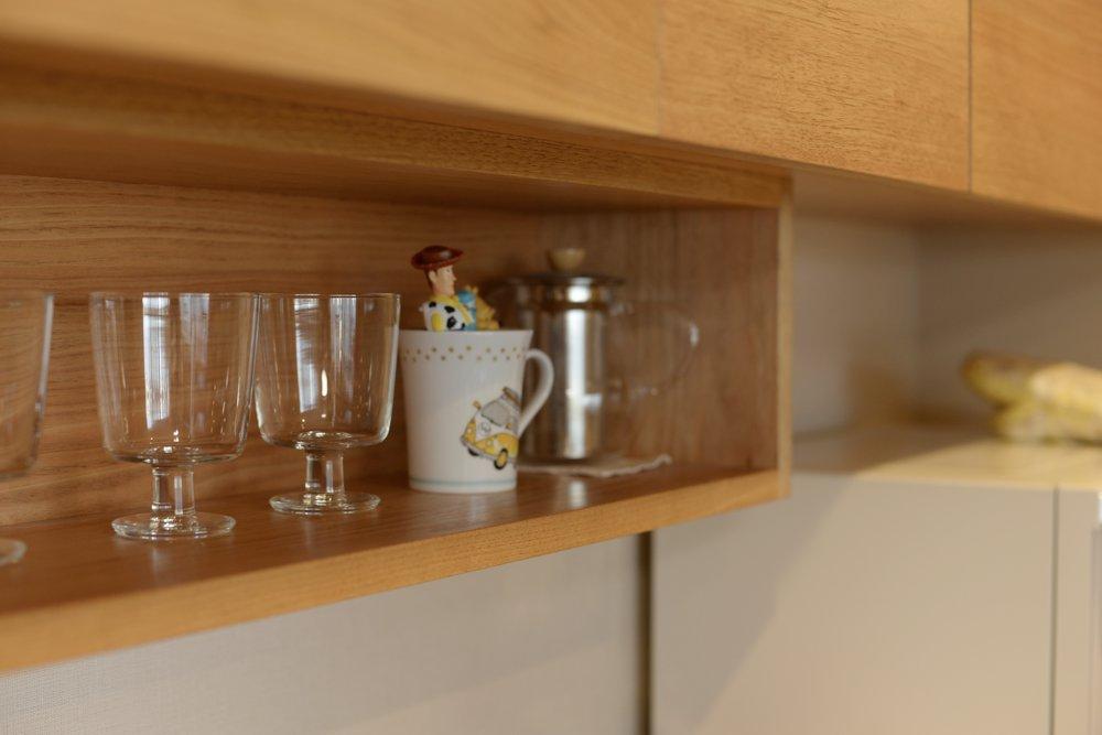 クルミとコーリアンの食器棚